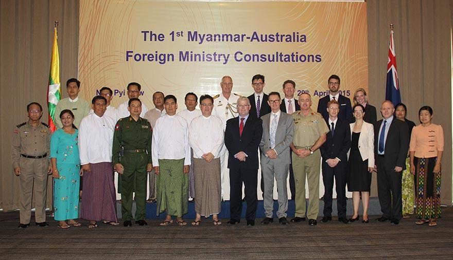 Deputy Minister U Thant Kyaw poses for documentary photo with Australian delegation.