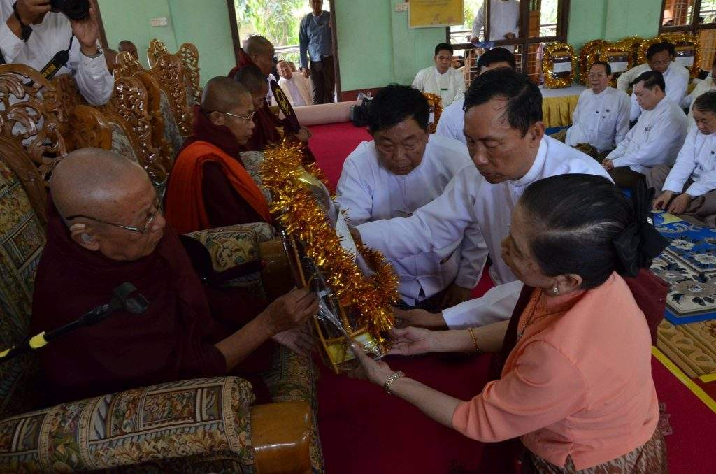 Speaker of Pyithu Hluttaw Thura U Shwe Mann and wife Daw Khin Lay Thet offer provisions to a venerable abbot.—mna