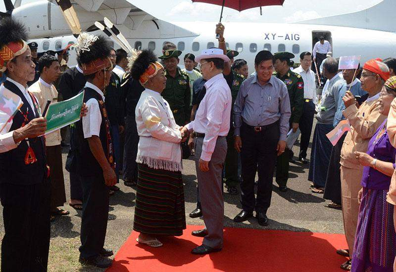 President U Thein Sein being welcomed by local residents and ethnic people on his arrival in Hkamti, Sagaing Region.—IPRD