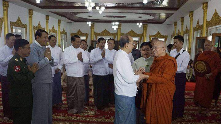 President U Thein Sein pays homage to abbot of Kengyin monastery Agga Maha Saddhamma Jotikadhaja Bhaddanta Khemaçara in Kengtung.