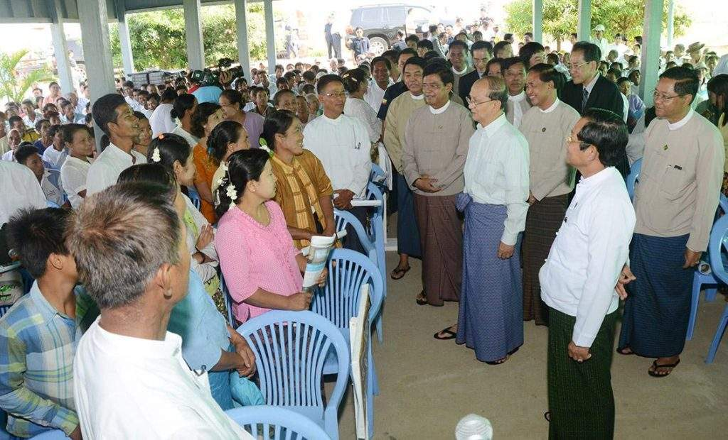 President U Thein Sein warmly greets local residents at pollination ceremony at 3000-acre model farm in  Dekkhinathiri Township.