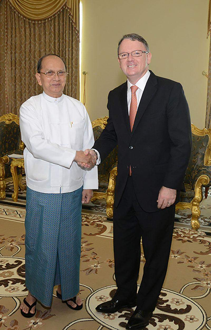 President U Thein Sein shakes hands with Mr. Peter Coleman, CEO and Managing Director of  Australia-based Woodside Company.—MNA