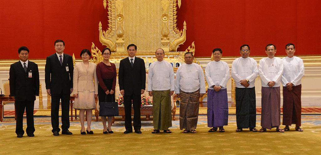 President U Thein Sein poses for documentary photo with Mr Chen Hao, Governor of Yunnan Province of  the People's Republic of China.