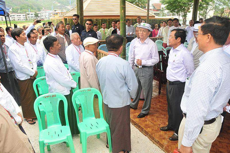 President U Thein Sein cordially meets townselders and local residents in Mogok.—IPRD