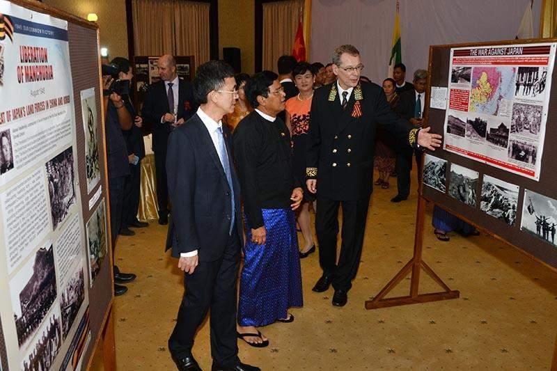 Vice President U Nyan Tun views documentary photos on Second  World War Victory.