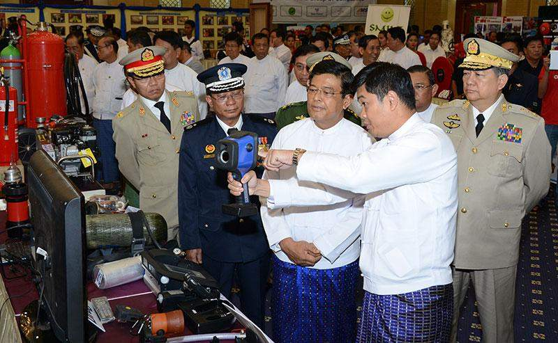 Vice President U Nyan Tun views modern fire extinguishers at the ceremony to mark 69th Anniversary of Myanmar Fire Brigade Day.—MNA