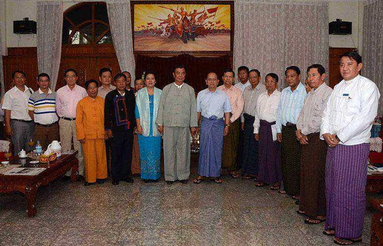 President U Thein Sein poses for documentary photo with Chairman of Mongla Special Region-4 U Sai Lin and party.