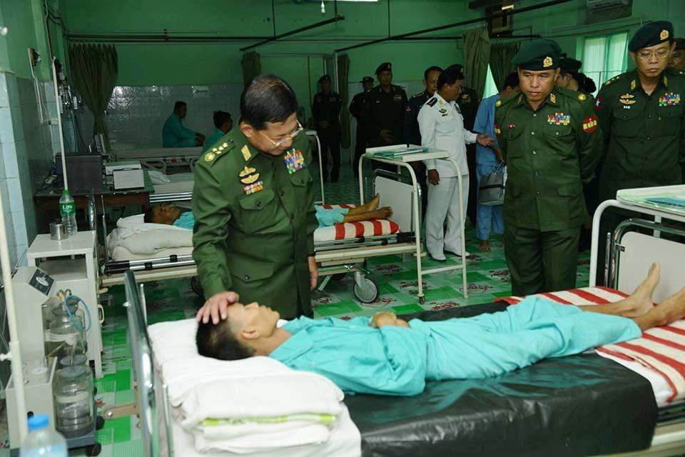 Senior General Min Aung Hlaing comforts patients at Military Hospital in Meiktila.