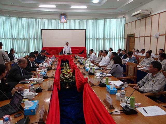 Union Minister U Kyaw Lwin addresses meeting on construction of No 2 Myanmar-Thai Friendship Bridge.