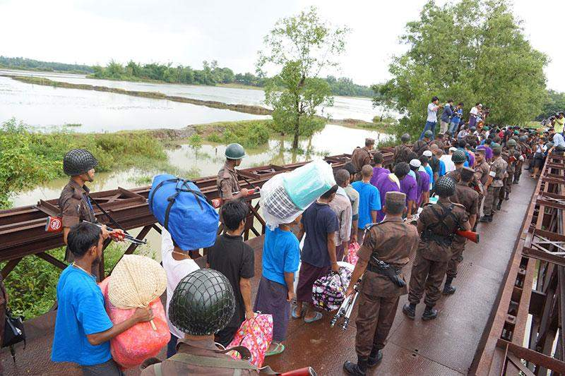 Bangladeshi boat people return home under supervision of officials.—MNA