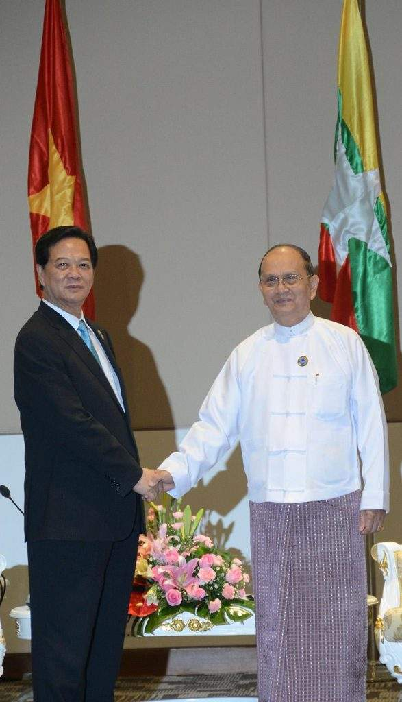 President U Thein Sein of the Republic of the Union of Myanmar shakes hands with Prime Minister of Vietnam Nguyen Tan Dung.—MNA
