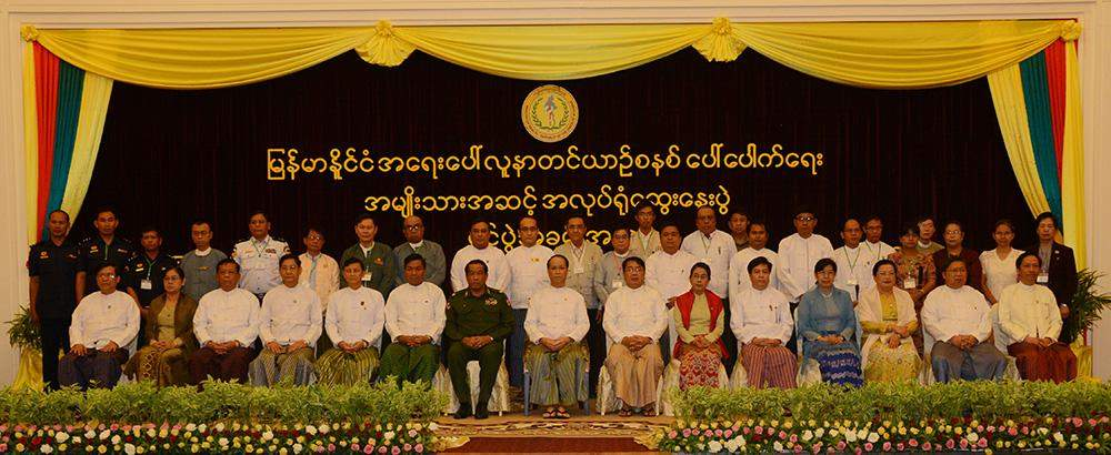 Vice President Dr Sai Mauk Kham poses for documentary photo with participants to workshop on introduction to emergency ambulance services.—MNA