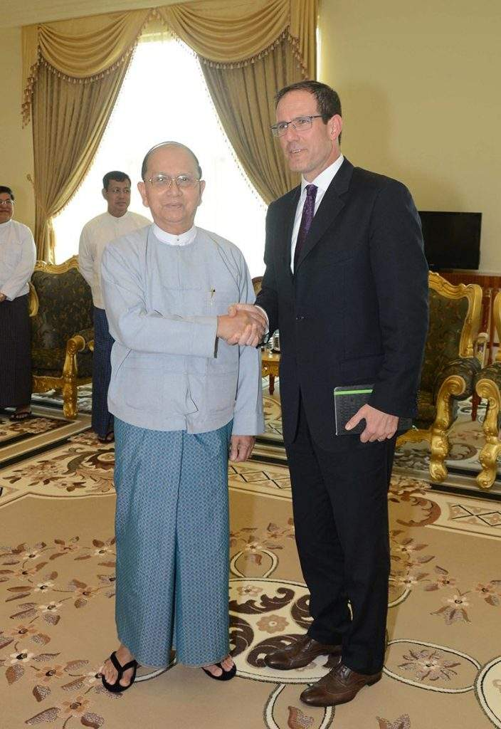President U Thein Sein shakes hands with Mr Matthew Armstrong, Governor of U.S. Broadcasting Board of Governors.