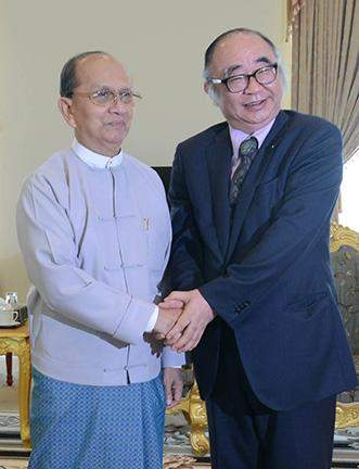 President U Thein Sein shakes hands with Prof Hidetoshi Nishimura of Economic Research Institute for ASEAN.