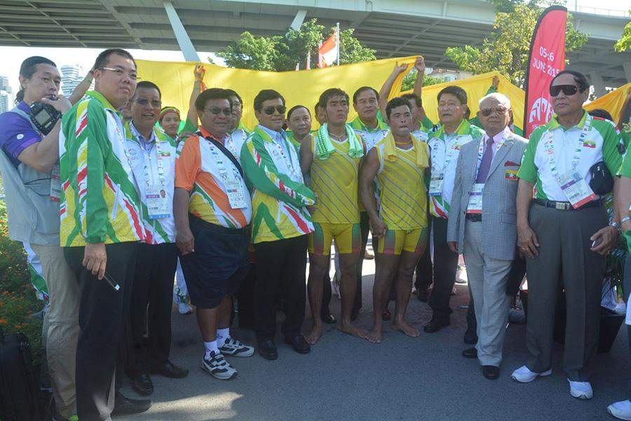 Vice President U Nyan Tun seen togther with gold medalists Myanmar canoeists Sai Min Wai and Win Htike.a