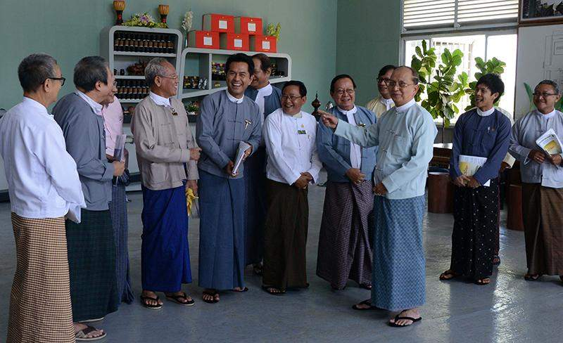 President U Thein Sein cordially meets with artists in meeting to open art centres in  Yangon and Mandalay.—MNA
