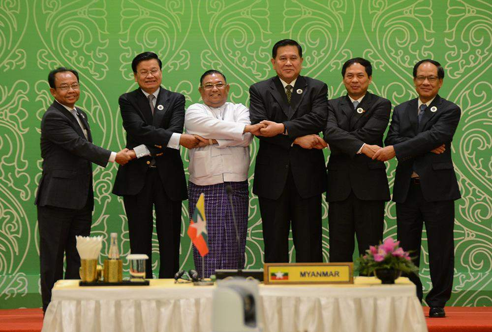Union Minister U Wunna Maung Lwin poses for documentary photo with foreign ministers and officials of ACMECS countries.—MNA