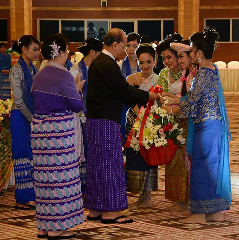 President  U Thein Sein and wife Daw Khin Khin Win present bouquet of flowers to members of music and dance troupes at dinner hosted in honour of heads of state/government of Ayeyawaddy-Cho Phraya-Mekong Economic Cooperation Strategy (ACMECS) member countries.