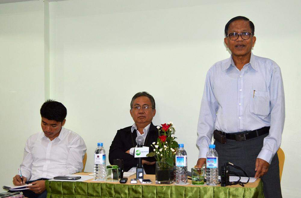 Nai Hong Sar (right) briefs media about the progress of a three-member ethnic delegation's informal meeting with the government side at Green Hill Hotel in Yangon on Tuesday. Also pictured are delegates U Tun Zaw and Pado Saw Kwe Htoo Win.— Photo: Ye Myint