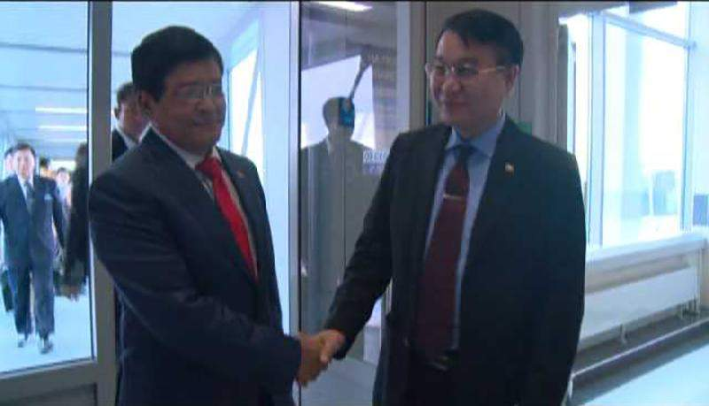 Vice President  U Nyan Tun being welcomed by official at Domodedovo Airport in Moscow.—MNA