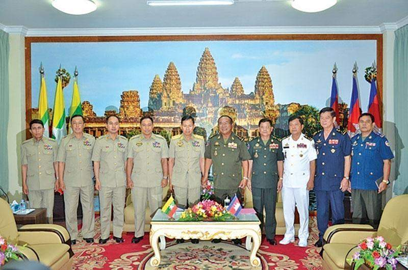 Vice Senior General Soe Win has a documentary photo taken together with Cambodian Armed Forces Chief General Pol Saroeun.