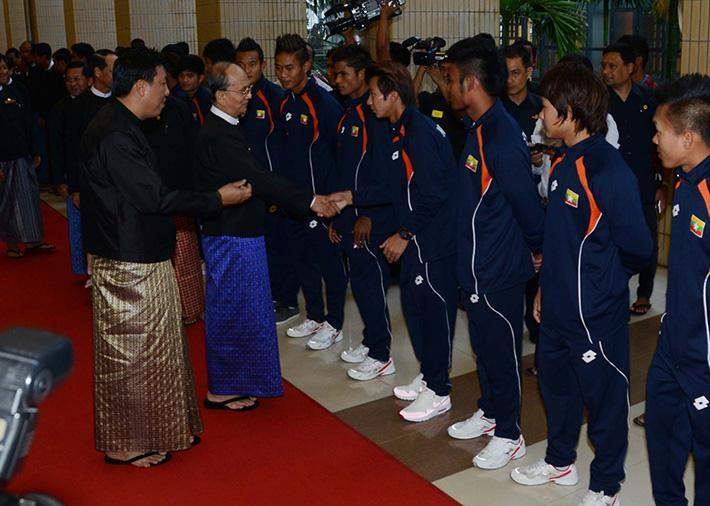 President U Thein Sein honours athletes for their outstanding performance at the 28th Southeast Asia Games in Singapore.