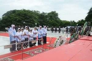 Family members of Mahn Ba Khaing pay tribute at mausoleum.