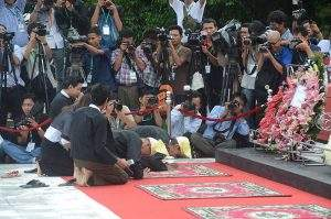 Family members of U Ohn Maung pay tribute at mausoleum.