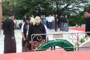 Family members of Yebaw Ko Htwe pay tribute at mausoleum.