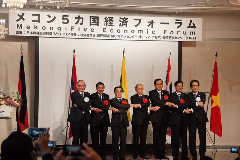 President U Thein Sein poses for documentary photo together with leaders of Mekong countries at Mekong-Five Economic Forum in Japan.