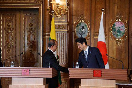 President U Thein Sein shakes hands with Prime Minister Shinzo Abe at the press conference.