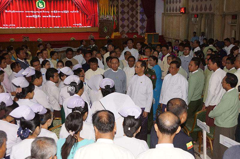 Vice President Dr Sai Mauk Kham meets health officials and staff at  ceremony to launch campaign for reduction of mother and child mortality  rate in Magway.—MNA