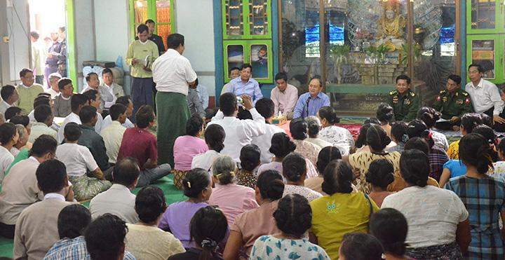President U Thein Sein gives words of encouragement to flood victims in Kawlin Township.