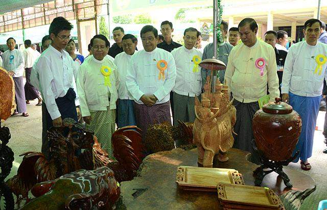 Vice President U Nyan Tun visits booths displayed at ceremony to mark 2015 International Day of Co-operatives.