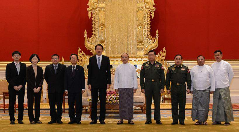 President U Thein Sein poses for documentary photo with Singapore's Coordinating Minister for National Security and Minister for Home Affairs Mr Teo Chee Hean.
