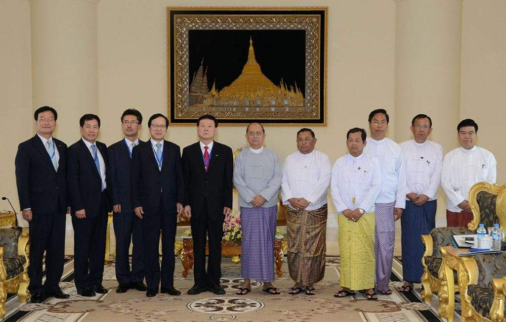President U Thein Sein poses for documentary photo together with South Korean delegation led by Korea Rural Community Cooperation Chief Executive Officer  Mr Lee Sang-Mu.