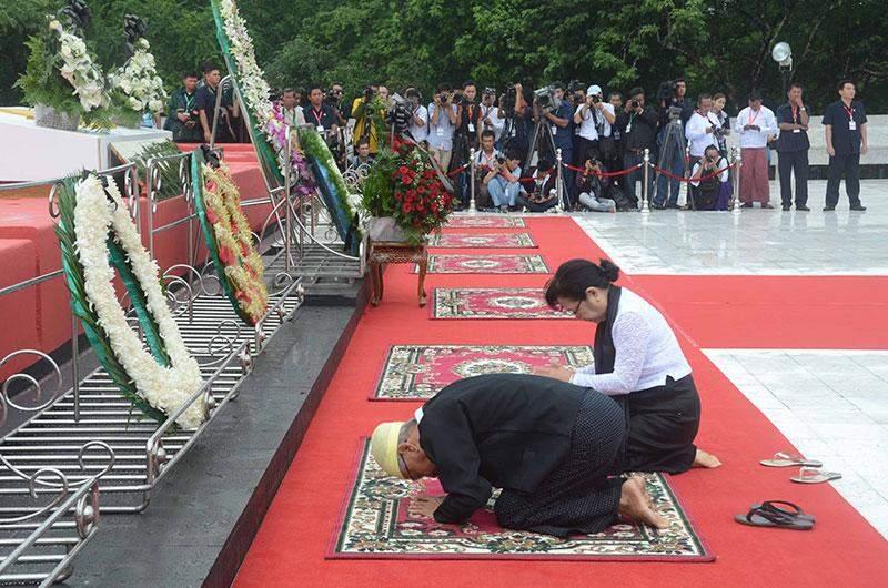 Family members of U Ba Win pay tribute at mausoleum.—MNA