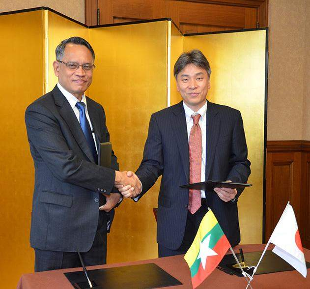 Mr Aung Naing Oo Director General of DICA exchanging the signed MOU with Mr Yasushi Itagaki GM of Global Planning Div BTMU 1 copy