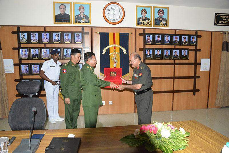Senior General  Min Aung Hlaing and official of Army Base Workshop exchange gifts at Delhi Contoment in India.—Myawady