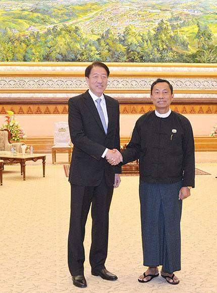 Speaker Thura U Shwe Mann shakes hands with Singapore's Deputy Prime Minister Mr Teo Chee Hean.