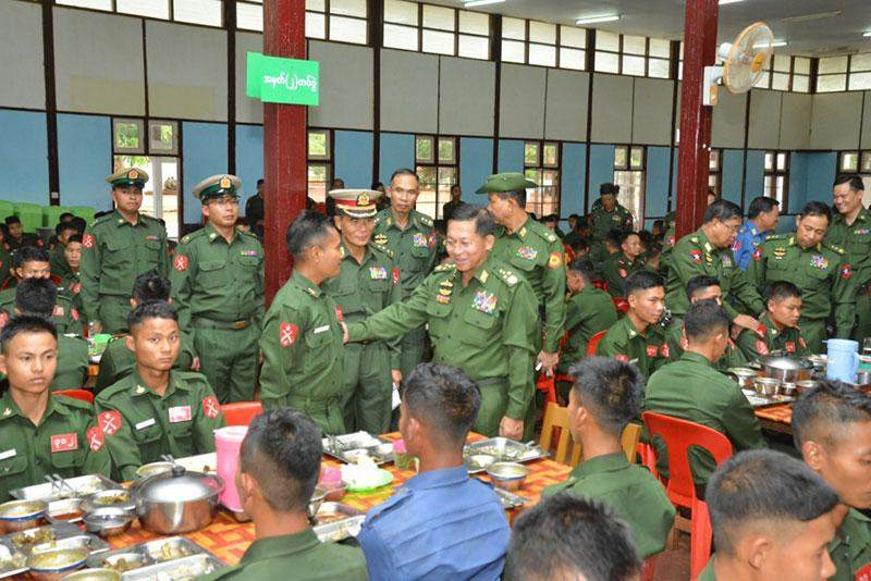 Senior General Min Aung Hlaing cordially meets with trainees at  Bahtoo Station.—Myawady