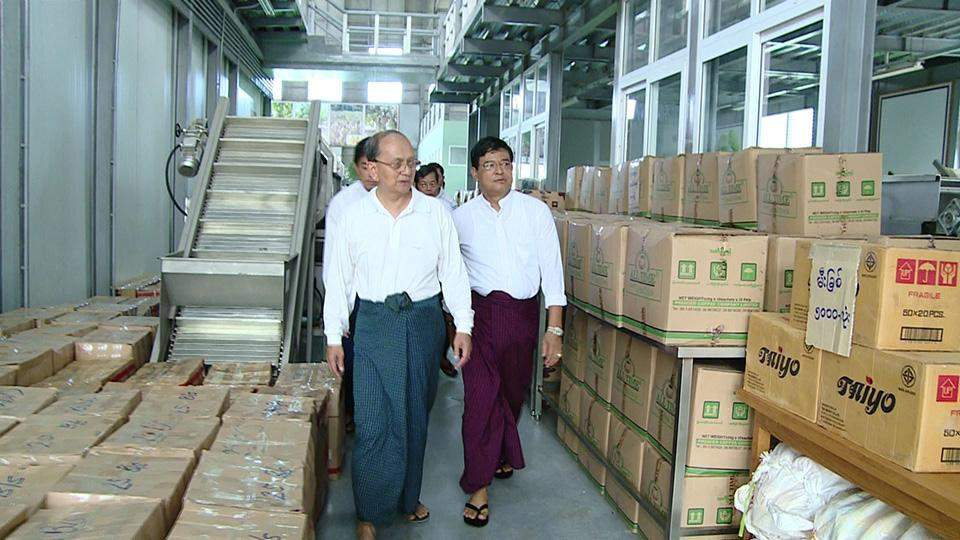 President U Thein Sein and Vice President U Nyan Tun view relief supplies for flood victims donated by  Union Government and 4TV.