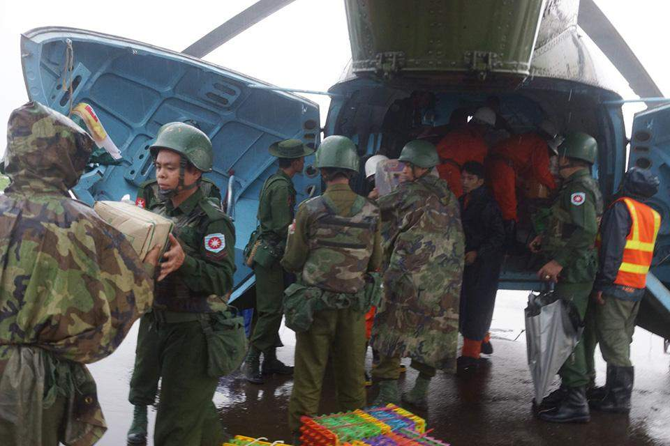 Tatmadawmen uploading relief supplies on board the aircraft of Air Force to provide them to flood victims in Rakhine State.