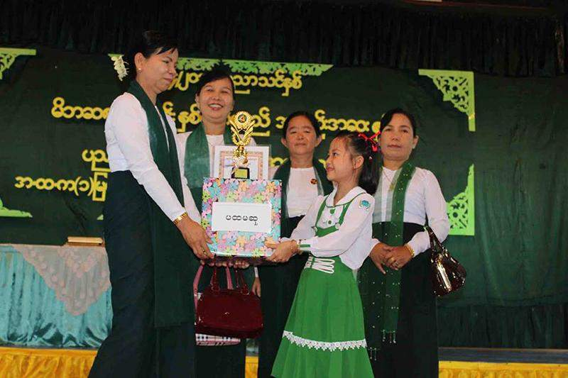 Senior assistant teacher Daw San Nwe presents first prize to Ma Shwe Wut Hmon U for second grade in 2014-15 academic year at annual meeting of parent-teacher association and prize presentation of Basic Education High School No 1 in Myawady recently. Tun Tun Oo (Myawady Town)