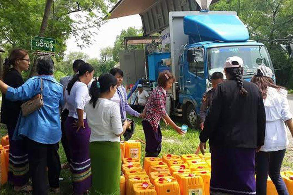 Well-wishers donate aid to flod victims.