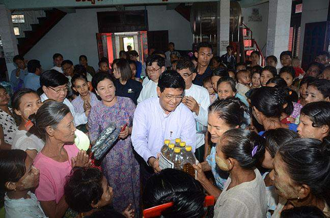 Vice President U Nyan Tun presents relief aids to flood victims sheltered at Mingalar Brick Monastery relief camp in Thayawady, Bago Region.