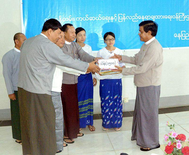 Vice President U Nyan Tun accepts K150 million for flood victims from Ministry of Mines and Myanmar Gems Entrepreneurs Association.—MNA