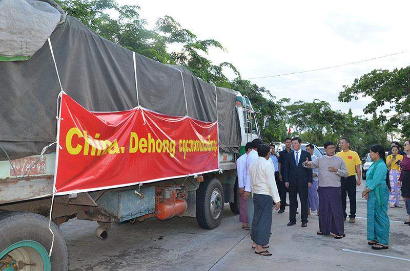 Vice President U Nyan Tun views relief aid donated by Dehong Prefecture of China for flood victims in Myanmar.—mna