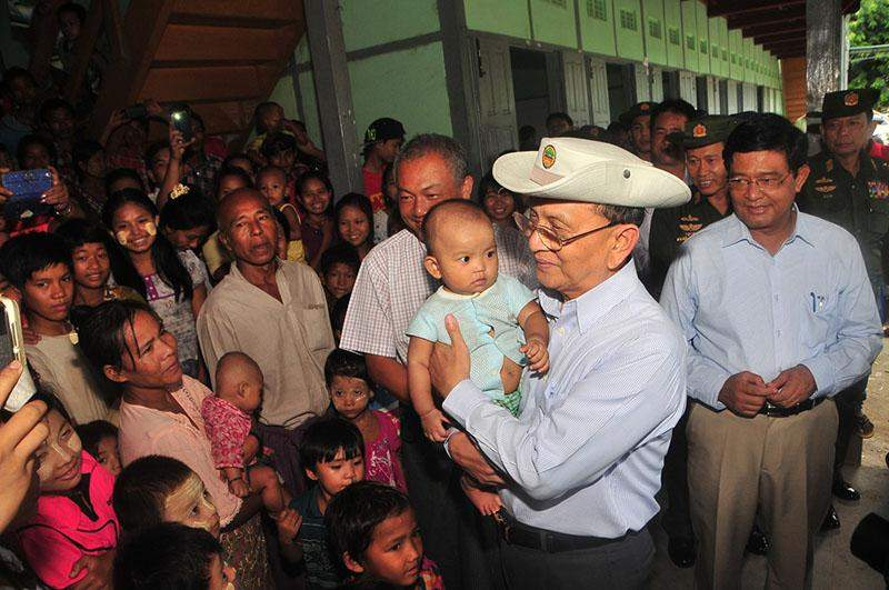 President U Thein Sein cordially meets flood victims at relief camp opened at Kalay Basic Education High School No 3.—iprd
