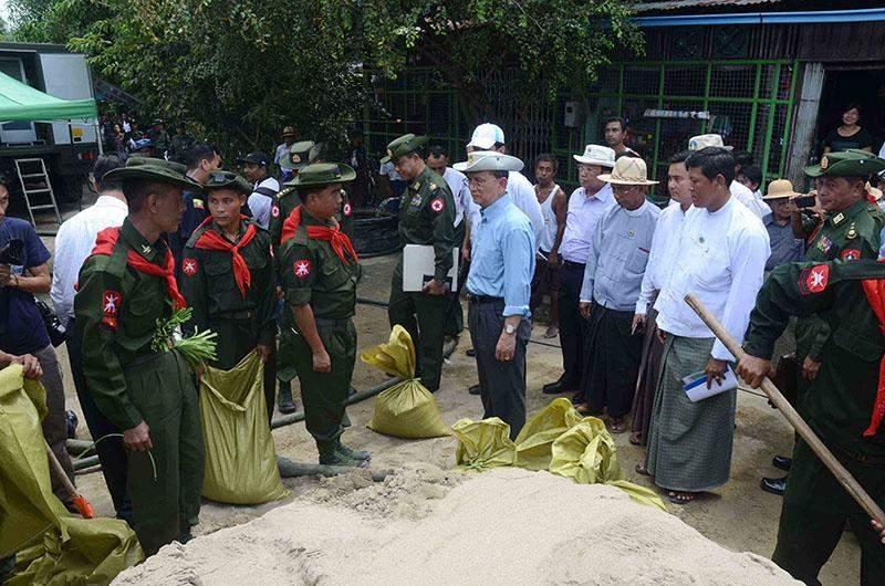 President U Thein Sein meets Tatmadawmen engaging in relief tasks in Nyaungdon.—IPRD